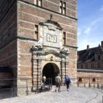 Bag facaden og i slottet