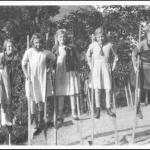 Hillerød Bymuseum_Solbakkepiger på stylter