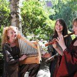 Fotosession med GIÓIA ved Mie Korp Sloth – portativ (bærbart middelalderorgel), Karina Agerbo – blokfløjte, Tira Skamby – percussion.